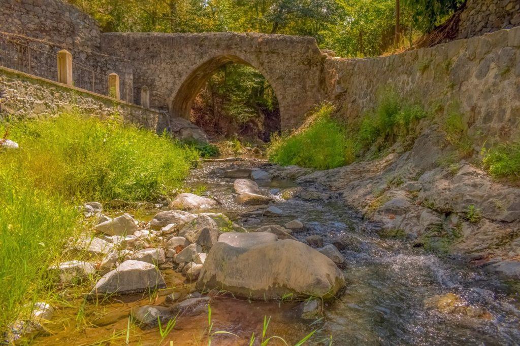 Eine alte Brücke über die viele Menschen gelaufen sind.